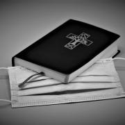 Bibel und Mund-Nase-Schutz